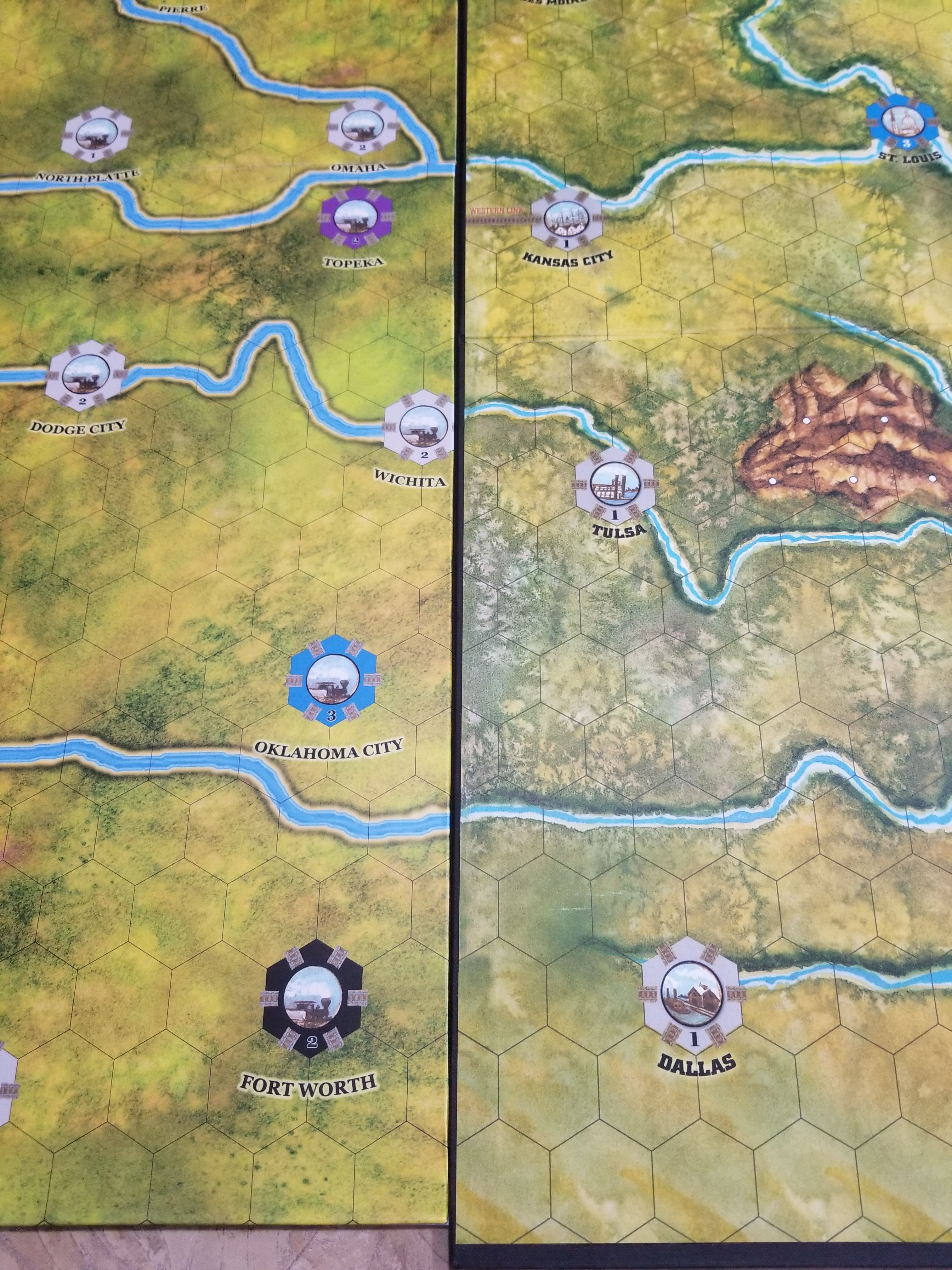 More disappointment with the 10th anniversary edition continental now with the new boards each map has a black border causing a larger gap but even more so the art on the eastern board goes beyond the grid and the gumiabroncs Images